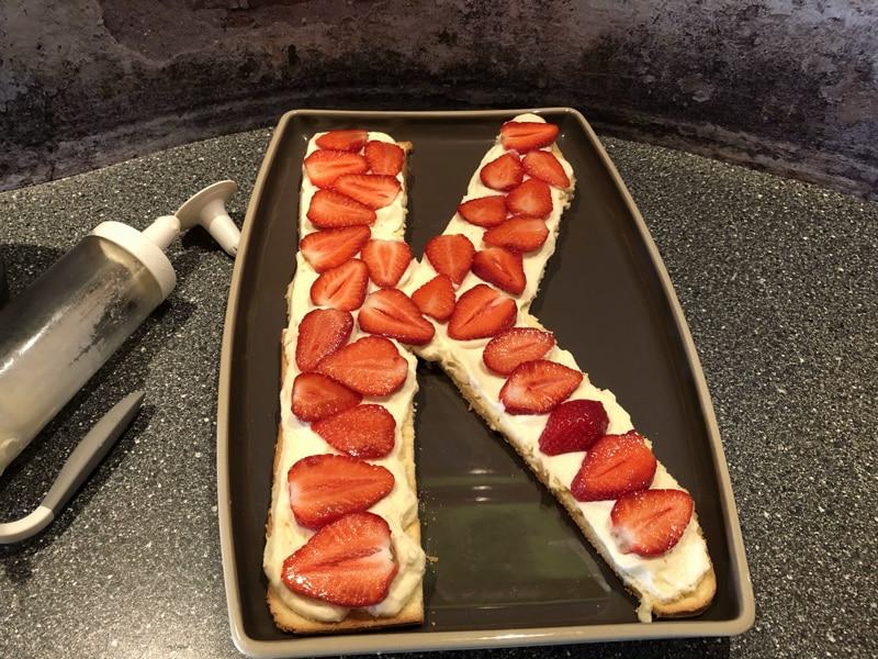 Buchstabenkuchen mit Erdbeeren