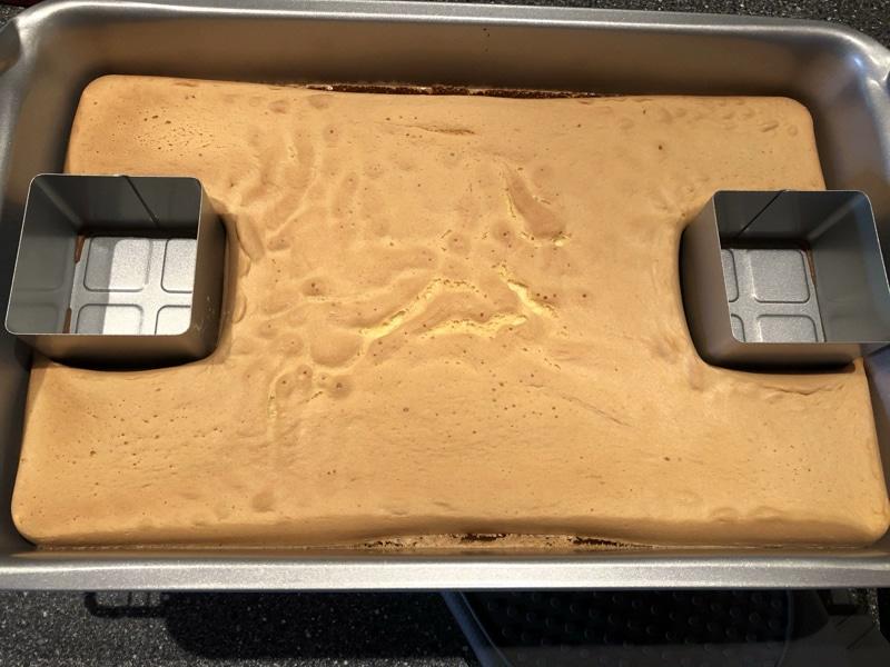 Bisquitkuchen gebacken in Backform für Buchstaben. Foto Bärbel Lehrke Stonware