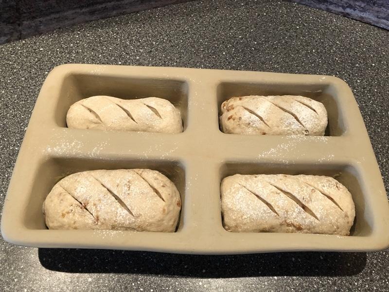 Zwiebelbrot selbt backen - Brotlaibe vorbereitet zum Backen
